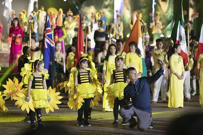Hoa hậu HHen Niê gây ngỡ ngàng khi ăn mặc như học sinh ngồi xe công nông tiến vào sân khấu - Ảnh 10.