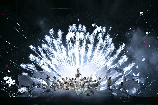 Hoa hậu HHen Niê gây ngỡ ngàng khi ăn mặc như học sinh ngồi xe công nông tiến vào sân khấu - Ảnh 9.