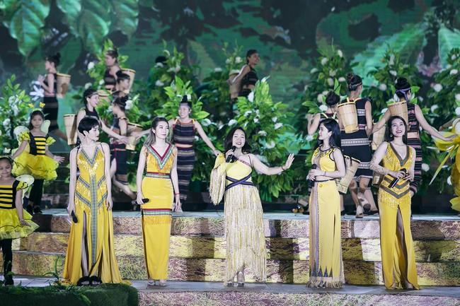 Hoa hậu HHen Niê gây ngỡ ngàng khi ăn mặc như học sinh ngồi xe công nông tiến vào sân khấu - Ảnh 7.