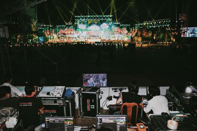 Hoa hậu HHen Niê gây ngỡ ngàng khi ăn mặc như học sinh ngồi xe công nông tiến vào sân khấu - Ảnh 11.