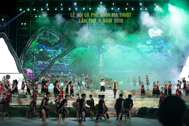 Hoa hậu HHen Niê gây ngỡ ngàng khi ăn mặc như học sinh ngồi xe công nông tiến vào sân khấu - Ảnh 12.