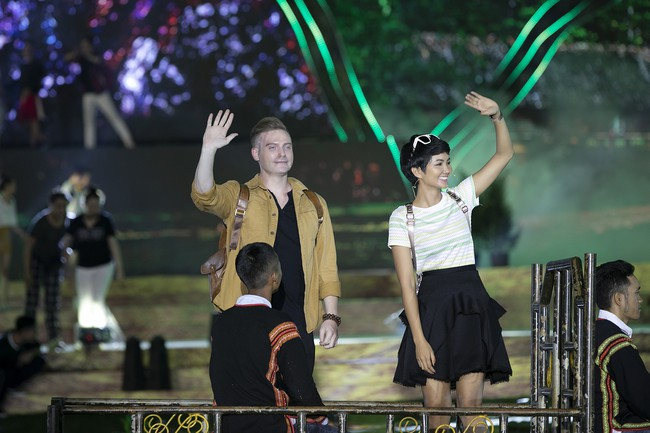 Hoa hậu HHen Niê gây ngỡ ngàng khi ăn mặc như học sinh ngồi xe công nông tiến vào sân khấu - Ảnh 2.