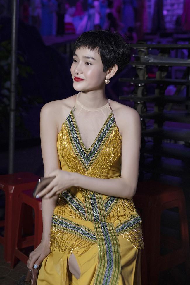 Hoa hậu HHen Niê gây ngỡ ngàng khi ăn mặc như học sinh ngồi xe công nông tiến vào sân khấu - Ảnh 13.