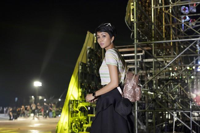 Hoa hậu HHen Niê gây ngỡ ngàng khi ăn mặc như học sinh ngồi xe công nông tiến vào sân khấu - Ảnh 4.