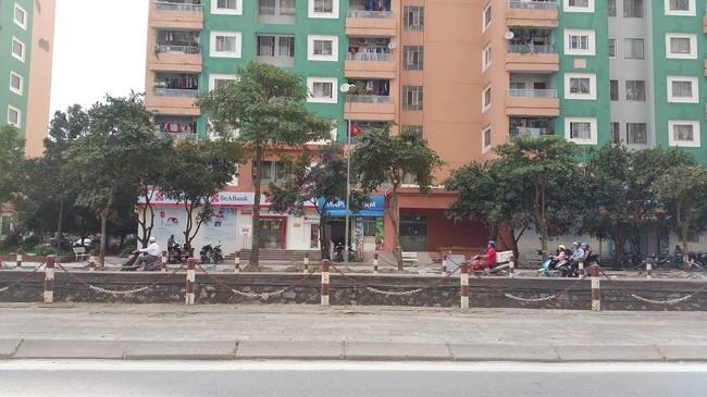 Hà Nội: Bà đi chợ để cháu trai 3 tuổi ở nhà một mình, bé rơi từ tầng 6 chung cư xuống đất tử vong - Ảnh 1.