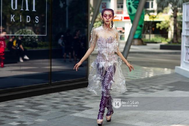Street style ngày 1 của Tuần lễ thời trang: Ai không biết lại tưởng giới trẻ Việt chơi Halloween sớm tận nửa năm - Ảnh 4.