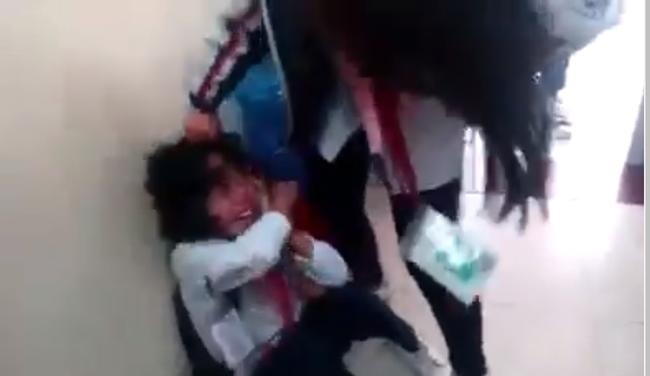 Lại thêm một nữ sinh cấp 2 bị bạn đánh, tát túi bụi ngay trong lớp học, bạn bè xung quanh hò reo cổ vũ ở Quảng Ninh - Ảnh 3.