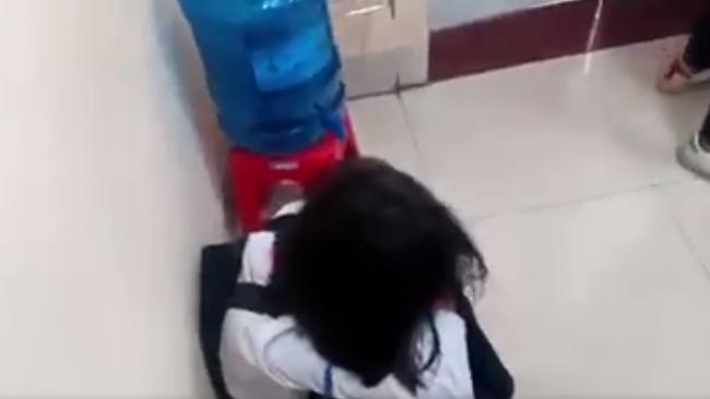 Lại thêm một nữ sinh cấp 2 bị bạn đánh, tát túi bụi ngay trong lớp học, bạn bè xung quanh hò reo cổ vũ ở Quảng Ninh - Ảnh 5.