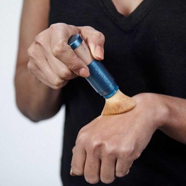 Bước thoa lại kem chống nắng sẽ tiện lợi, duyên dáng và sang hơn nếu bạn thay thế bằng sản phẩm chống nắng dạng bột - Ảnh 3.