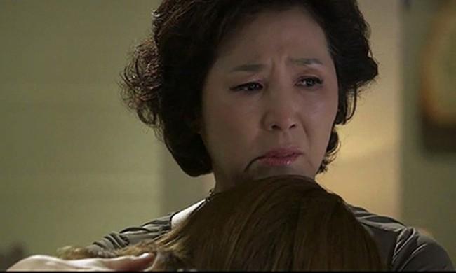 Mẹ đẻ trách con gái lấy chồng giàu có mà không hỗ trợ gia đình, đến khi biết sự thật thì khóc nấc vì thương con - Ảnh 2.