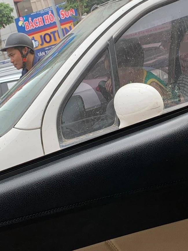 Mẹ để con trai ôm vô lăng ô tô đang lưu thông trên đường, bức ảnh chụp gây phẫn nộ - Ảnh 2.