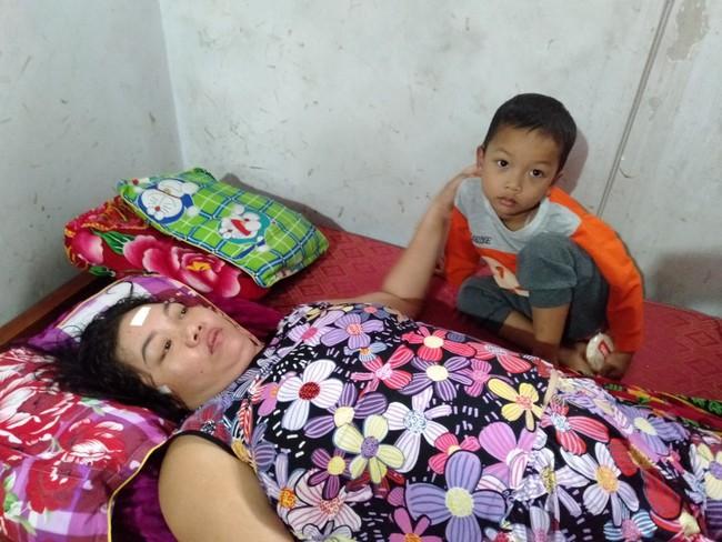Nước mắt của bé trai 4 tuổi có mẹ bị liệt toàn thân: Cháu không dám đi học vì sợ khi về không còn nhìn thấy mẹ nữa - Ảnh 2.