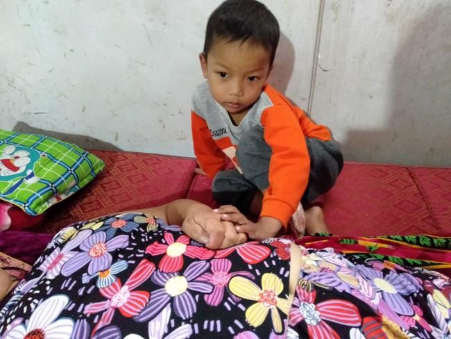 Nước mắt của bé trai 4 tuổi có mẹ bị liệt toàn thân: Cháu không dám đi học vì sợ khi về không còn nhìn thấy mẹ nữa - Ảnh 5.