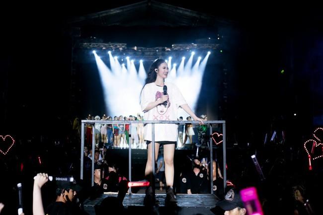 Đông Nhi chơi lớn khi chiếu online toàn bộ liveshow TEN ON TEN tặng fan - Ảnh 1.