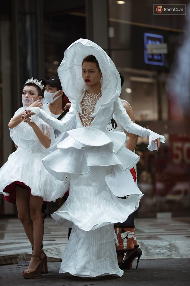 Street style ngày 4 Tuần lễ thời trang: Không còn alien, thay vào đó là cô dâu giá đáo và cuộc thi ai chịu ngốt giỏi hơn - Ảnh 1.