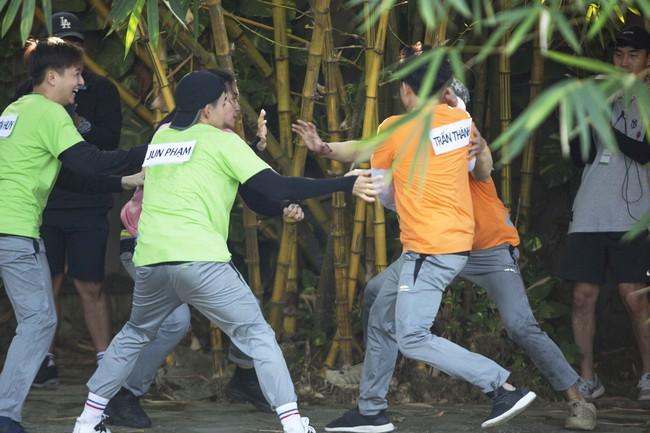 Khát máu ở Running Man, Trấn Thành bị Jun Phạm - Liên Bỉnh Phát chơi dơ hội đồng xé bảng tên - Ảnh 4.