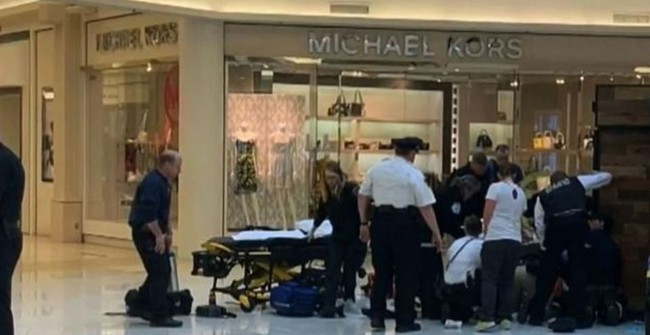 Đưa con đi trung tâm thương mại, bất ngờ người lạ mặt lao đến ném đứa trẻ từ tầng 3 xuống đất trong sự ngỡ ngàng của người mẹ - Ảnh 2.