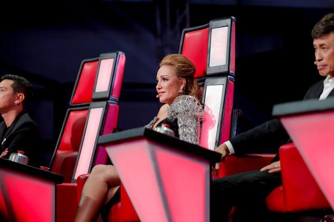 """The Voice 2019 mở màn: Thanh Hà bị Tuấn Ngọc gọi là gà mái, bất ngờ với chiếc ghế """"không giống ai"""" của Hồ Hoài Anh - Ảnh 1."""
