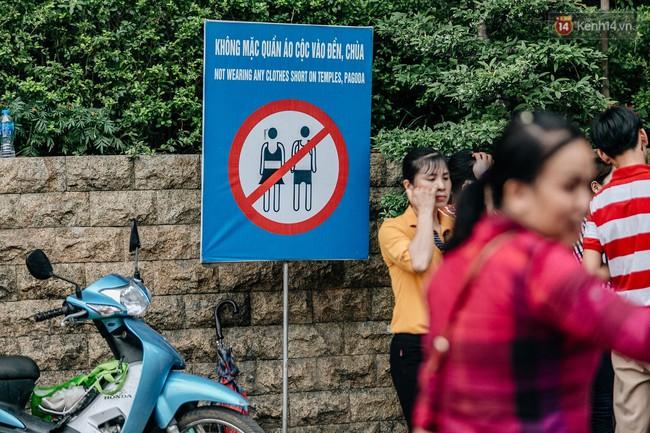Bất chấp biển cấm, nhiều du khách vẫn mặc váy ngắn quần cộc đến lễ hội Đền Hùng - Ảnh 1.