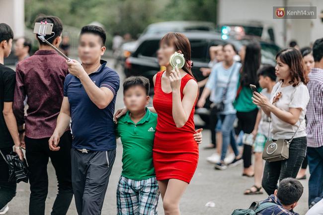 Bất chấp biển cấm, nhiều du khách vẫn mặc váy ngắn quần cộc đến lễ hội Đền Hùng - Ảnh 4.