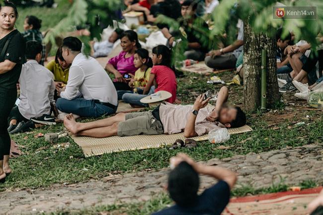 Bất chấp biển cấm, nhiều du khách vẫn mặc váy ngắn quần cộc đến lễ hội Đền Hùng - Ảnh 5.