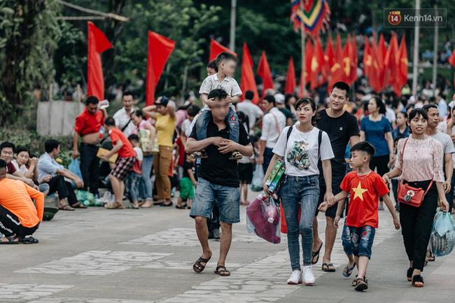 Bất chấp biển cấm, nhiều du khách vẫn mặc váy ngắn quần cộc đến lễ hội Đền Hùng - Ảnh 6.