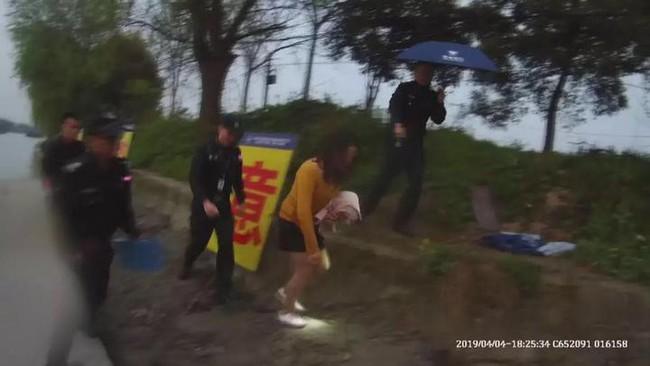 Bị vợ đổ tội ngoại tình, người đàn ông cùng cực nhảy xuống sông tự tử để chứng minh trong sạch, kết quả khiến cảnh sát lắc đầu ngán ngẩm - Ảnh 1.