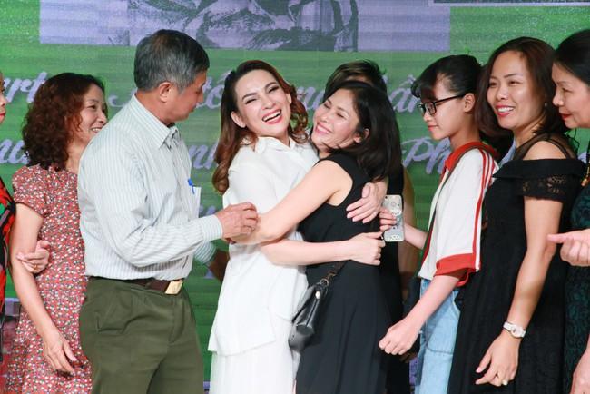 Sinh nhật tuổi 47, Phi Nhung không tổ chức tiệc xa hoa mà làm điều bình dị, ấm lòng này cho quê hương - Ảnh 9.