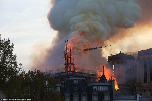Vương miện gai của Chúa Giê-su cùng các bảo vật khác vẫn được giữ nguyên vẹn một cách kỳ diệu sau ngọn lửa hung tàn bao trùm Nhà thờ Đức Bà Paris - Ảnh 1.