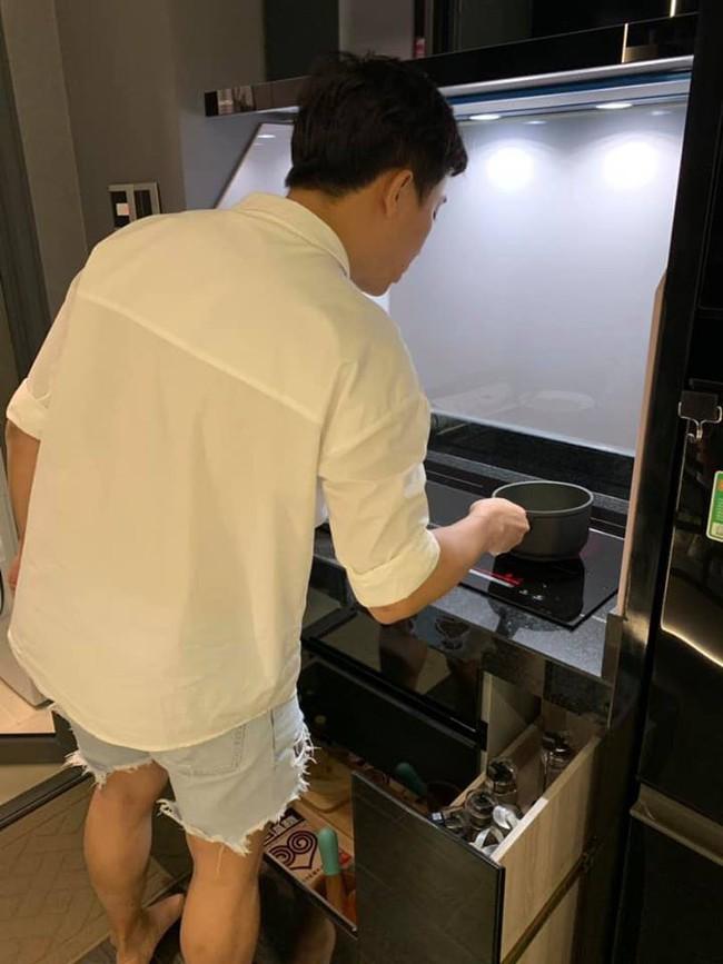Hari Won khoe chồng vào bếp đảm đang, netizen chỉ soi chiếc quần khác thường của Trấn Thành  - Ảnh 1.