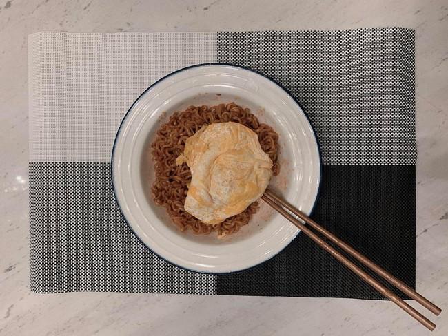 Hari Won khoe chồng vào bếp đảm đang, netizen chỉ soi chiếc quần khác thường của Trấn Thành  - Ảnh 2.