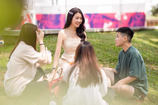 Á hậu Thúy Vân diện đầm 2 dây, xinh đẹp rạng rỡ trở lại giảng đường Đại học ở tuổi 25 - Ảnh 4.
