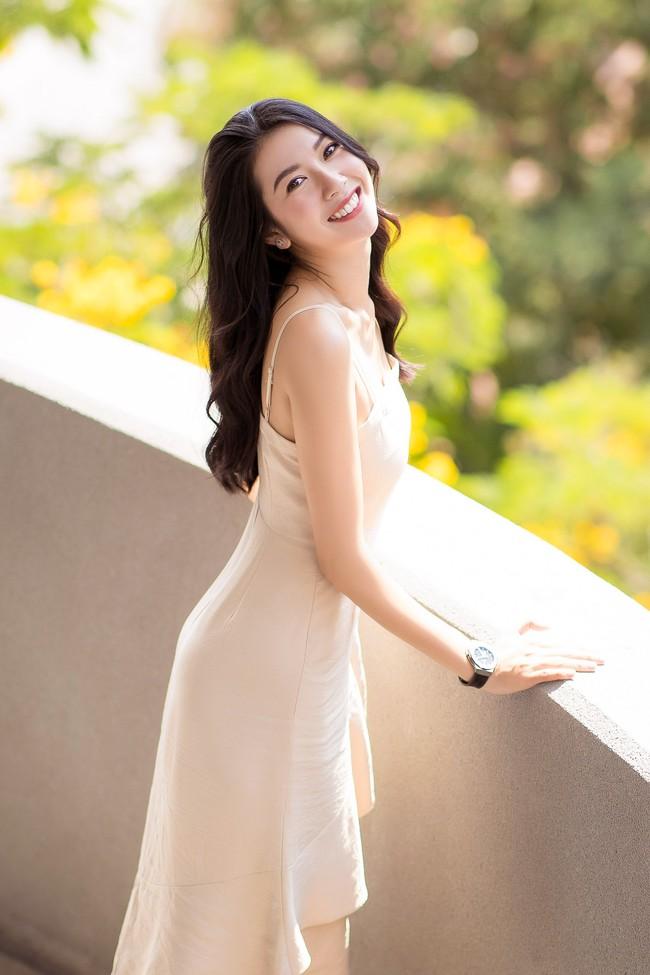 Á hậu Thúy Vân diện đầm 2 dây, xinh đẹp rạng rỡ trở lại giảng đường Đại học ở tuổi 25 - Ảnh 3.