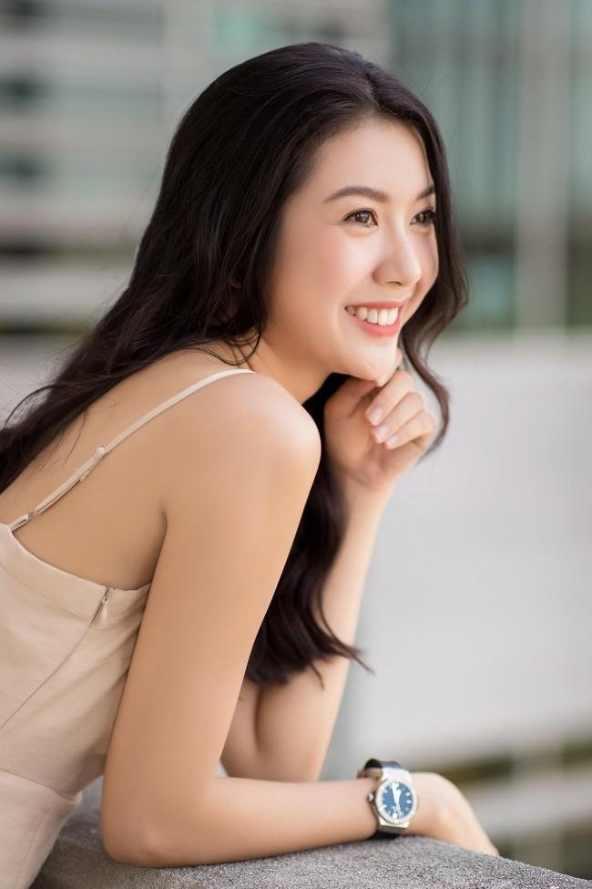 Á hậu Thúy Vân diện đầm 2 dây, xinh đẹp rạng rỡ trở lại giảng đường Đại học ở tuổi 25 - Ảnh 1.