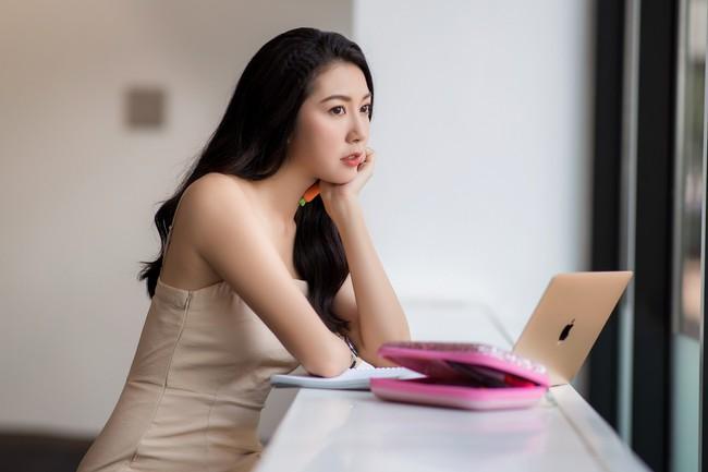 Á hậu Thúy Vân diện đầm 2 dây, xinh đẹp rạng rỡ trở lại giảng đường Đại học ở tuổi 25 - Ảnh 8.