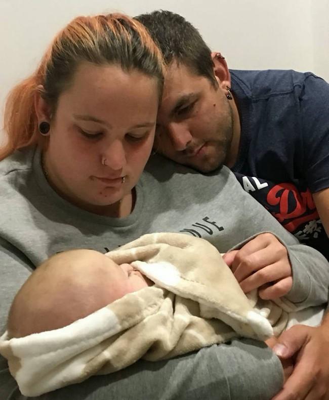 Con trai sơ sinh qua đời trong khi ngủ do đột tử, thế nhưng cặp vợ chồng vẫn cứ khăng khăng làm điều vừa đáng thương, vừa đáng sợ này trong 10 ngày - Ảnh 4.