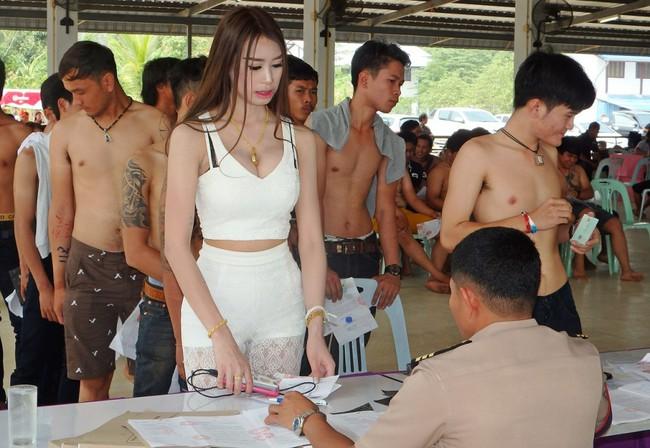 Những người đẹp chuyển giới ở kì khám nghĩa vụ quân sự Thái Lan: Đến con gái còn phải trầm trồ! - Ảnh 1.