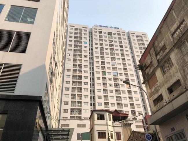Hà Nội: Nghi bố mẹ để ở nhà một mình, bé trai 4 tuổi rơi từ tầng 11 chung cư xuống mái che tầng 1 tử vong - Ảnh 1.