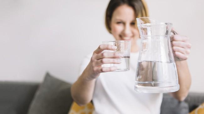 Chỉ mất 3 giây: chuyên gia chỉ cách tự kiểm tra cơ thể đủ nước hay thiếu nước trong mùa hè - Ảnh 3.