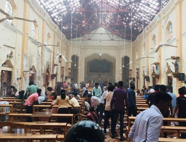 Hiện trường tan hoang, đẫm máu sau một loạt vụ nổ xảy ra ở Sri Lanka khiến ít nhất 160 người thiệt mạng đúng ngày lễ Phục Sinh - Ảnh 1.