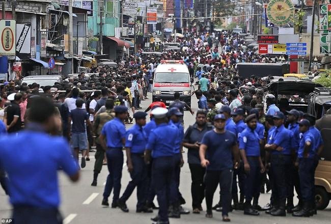 Hiện trường tan hoang, đẫm máu sau một loạt vụ nổ xảy ra ở Sri Lanka khiến ít nhất 160 người thiệt mạng đúng ngày lễ Phục Sinh - Ảnh 3.
