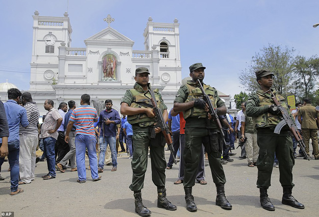 Hiện trường tan hoang, đẫm máu sau một loạt vụ nổ xảy ra ở Sri Lanka khiến ít nhất 160 người thiệt mạng đúng ngày lễ Phục Sinh - Ảnh 4.