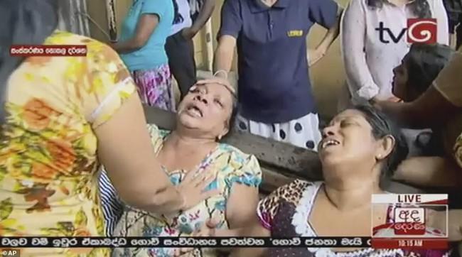 Hiện trường tan hoang, đẫm máu sau một loạt vụ nổ xảy ra ở Sri Lanka khiến ít nhất 160 người thiệt mạng đúng ngày lễ Phục Sinh - Ảnh 5.