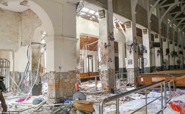 Hiện trường tan hoang, đẫm máu sau một loạt vụ nổ xảy ra ở Sri Lanka khiến ít nhất 160 người thiệt mạng đúng ngày lễ Phục Sinh - Ảnh 2.