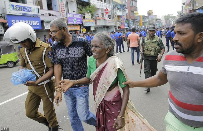 Hiện trường tan hoang, đẫm máu sau một loạt vụ nổ xảy ra ở Sri Lanka khiến ít nhất 160 người thiệt mạng đúng ngày lễ Phục Sinh - Ảnh 6.