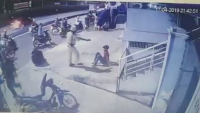 Hai thanh niên trong clip bị CSGT chĩa súng, tung chân đá ở Sài Gòn là quái xế - Ảnh 1.