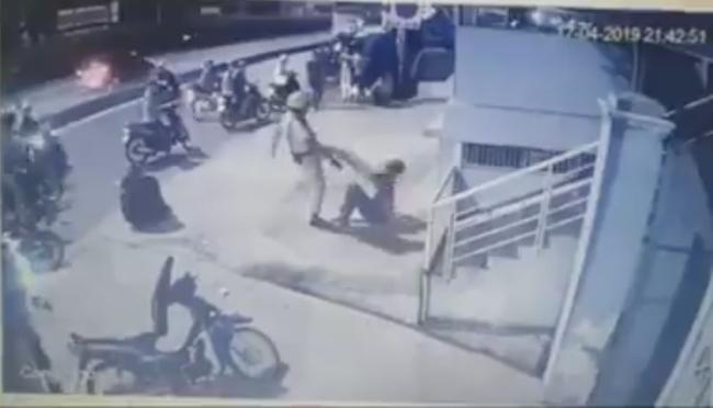 Hai thanh niên trong clip bị CSGT chĩa súng, tung chân đá ở Sài Gòn là quái xế - Ảnh 3.