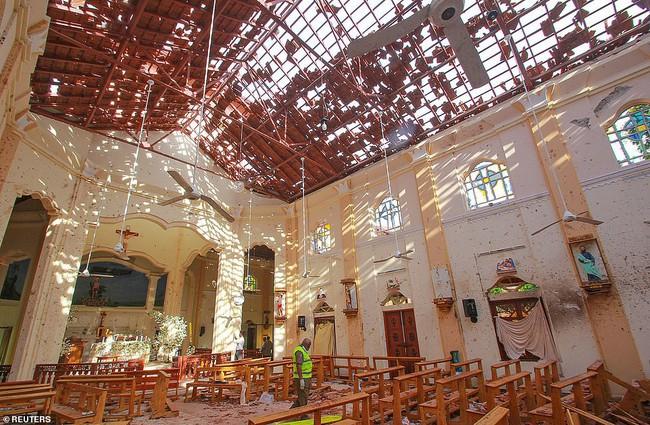 Ám ảnh vụ nổ bom hàng loạt giết chết hơn 200 người ở Sri Lanka: Danh tính nạn nhân được xác nhận, nhiều gia đình tan nát, tiếng khóc ai oán ở khắp nơi - Ảnh 1.
