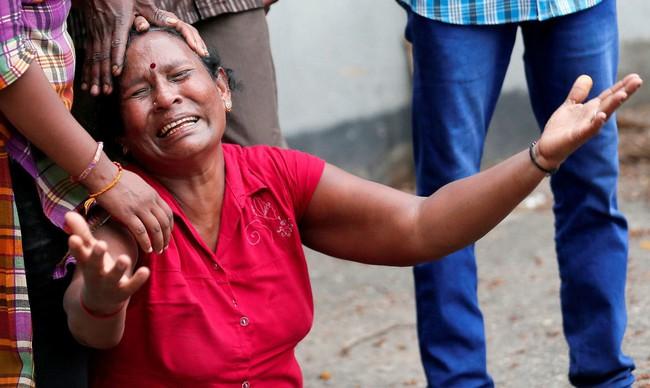 Ám ảnh vụ nổ bom hàng loạt giết chết hơn 200 người ở Sri Lanka: Danh tính nạn nhân được xác nhận, nhiều gia đình tan nát, tiếng khóc ai oán ở khắp nơi - Ảnh 4.