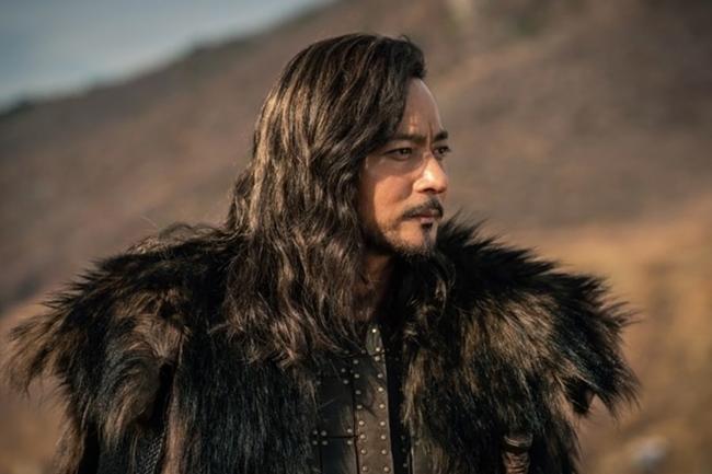 Jang Dong Gun để tóc xoăn dài vẫn ngời ngời thần thái trong bom tấn cổ trang đóng cùng Song Joong Ki - Ảnh 1.